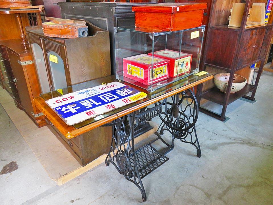 レトロな、ミシン台テーブル、シンガーの天板折り畳み式、入荷しました!