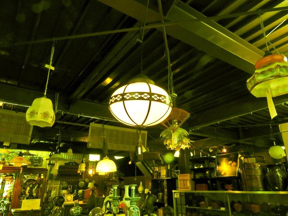 ノスタルジックな和の照明が人気です!ガラス電傘も和洋いろいろあります!(写真の丸電傘は売切れました)