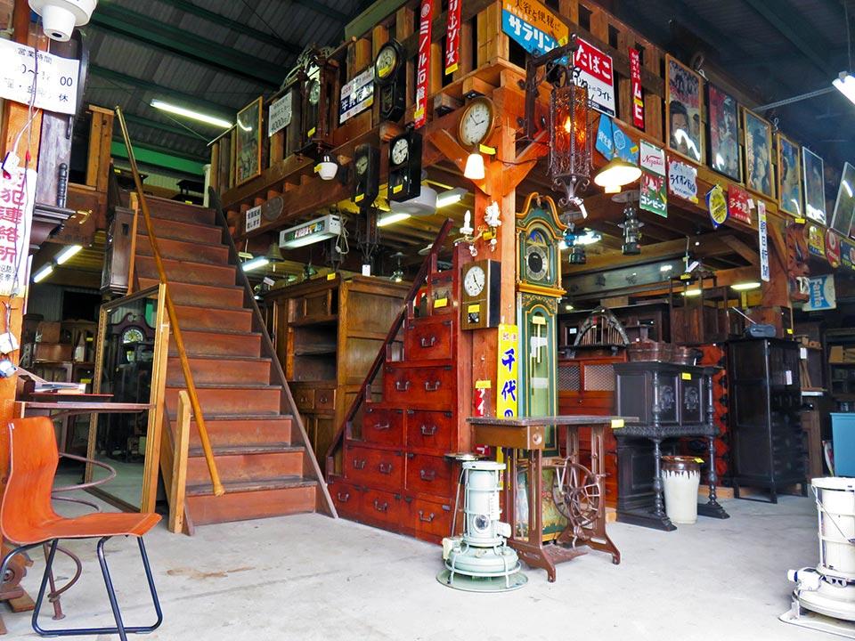 大型家具、小型家具、インテリア、レトログッズ、いろいろあります。