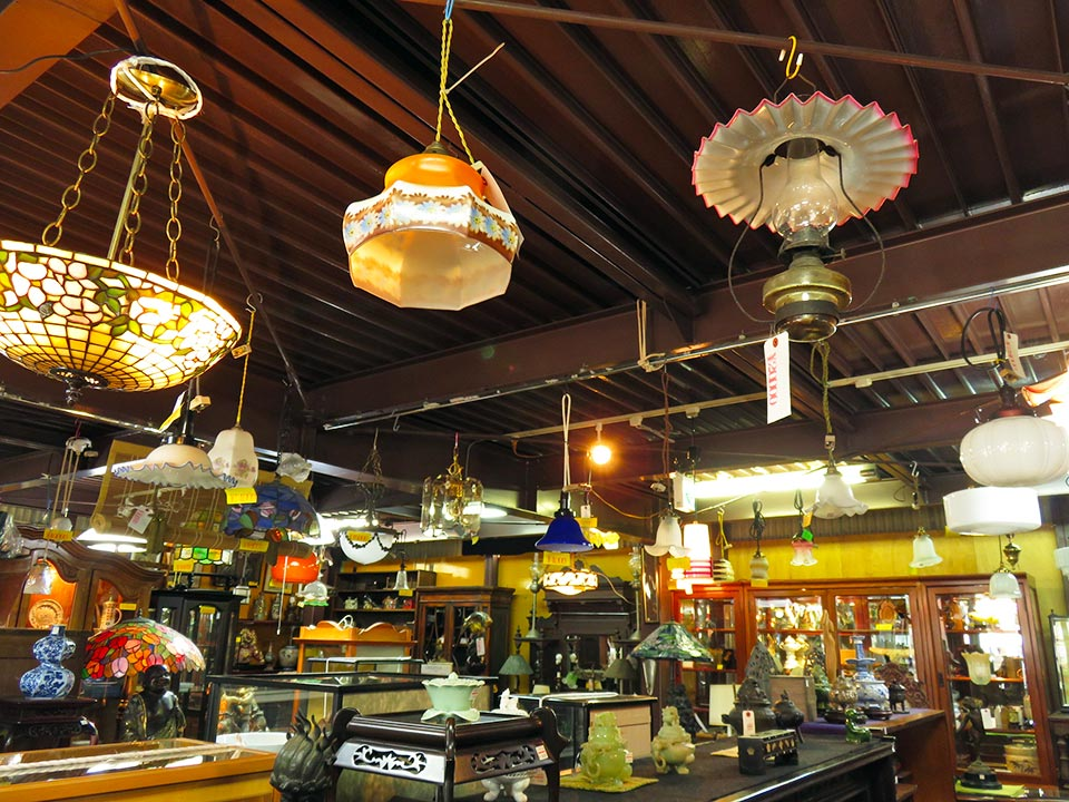 人気のインテリア照明いろいろあります!ステンドグラス、ガラス・陶器電傘、天吊りランプ…