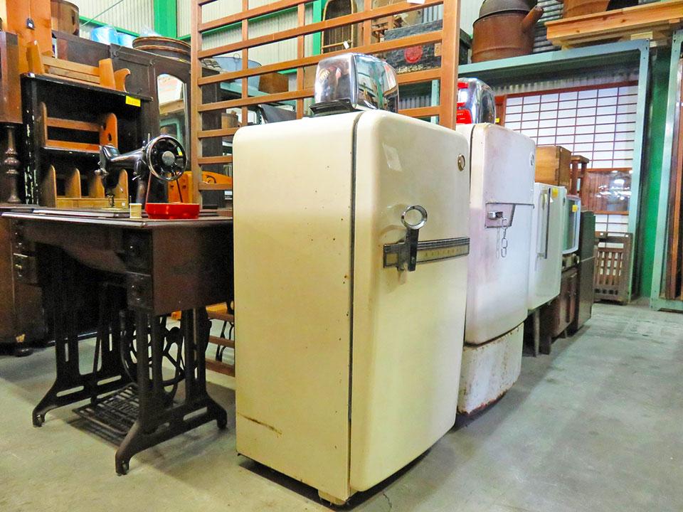 昭和30年代の冷蔵庫、動く足踏みミシンなど、レトロな家具も多数あります!